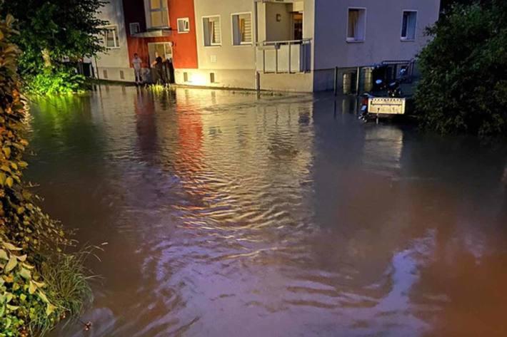 Wegen der Wassermassen waren mehrere Straßen nicht mehr befahrbar und mussten gesperrt werden