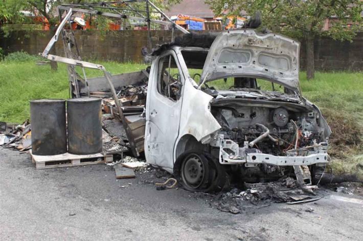 Die Flammen griffen in Wattenheim schnell auf die Ladefläche und den gesamten Lkw über
