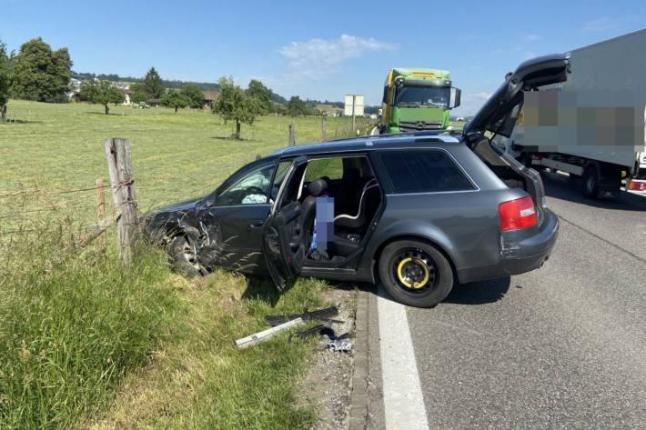 In Vilmergen AG prallte ein Audi in einen Lastwagen.