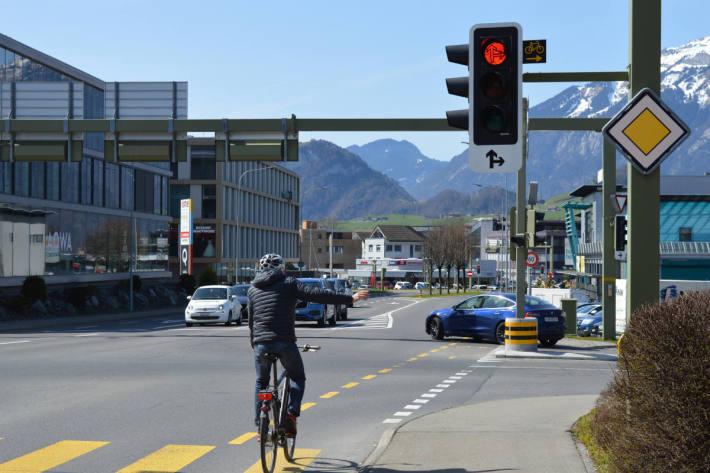 """Dieser Radfahrer verhält sich korrekt, da neben dem Rotlicht das Signal """"Rechtsabbiegen für Radfahrer gestattet"""" angebracht ist."""