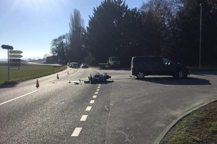 Der Motorradfahrer wurde bei der Kollision schwer verletzt.