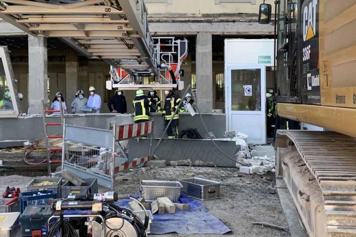 Zwei Bauarbeiter wurden unter der Betonplatte verschüttet, einer davon an den oberen Extremitäten, einer massiv an den Beinen eingeklemmt