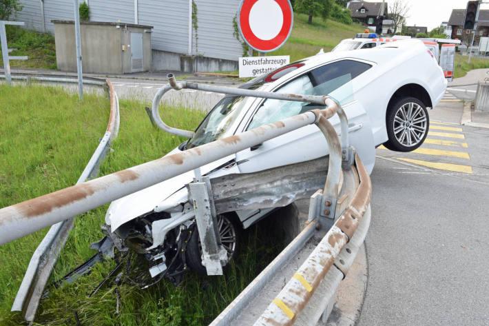 Verunfalltes Fahrzeug an der A2 bei Emmenbrücke