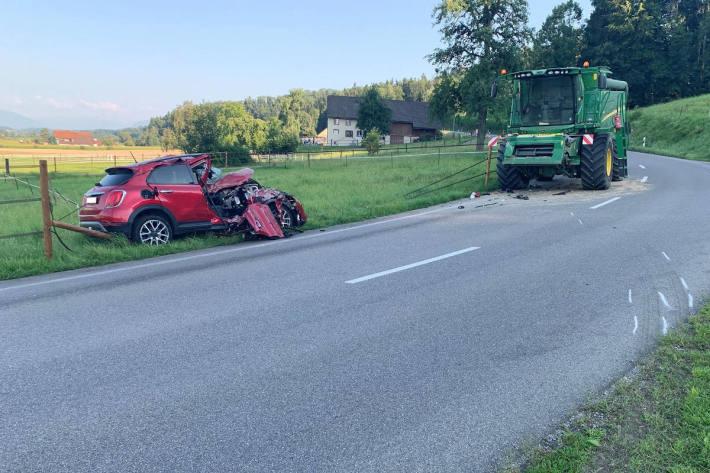 Autofahrerin bei Kollision mit Mähdrescher verletzt in Egg ZH