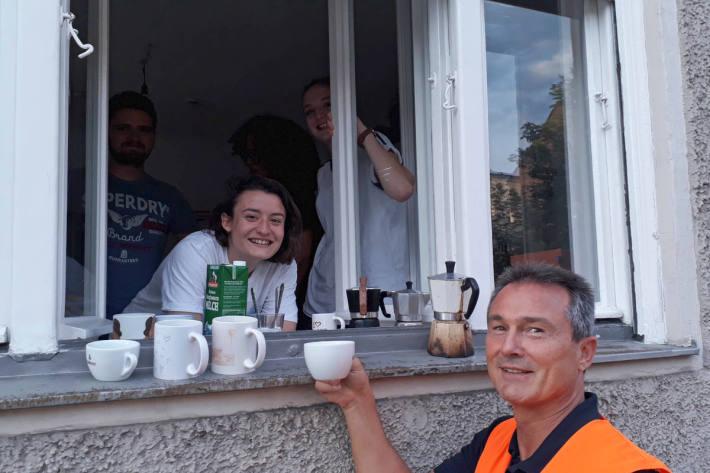 Anwohner spendierten der Feuerwehr nach getaner Arbeit eine Tasse Kaffee