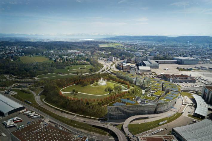 Der Park am Flughafen Zürich dient als Erholungs- und Begegnungsort.
