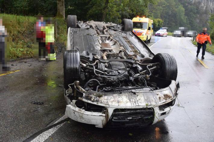 Auto landet nach Selbstunfall auf dem Autodach