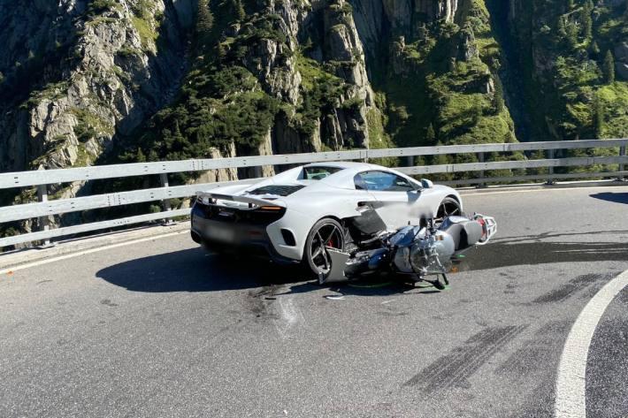 In Andermatt kam es heute zu einem Unfall mit einem McLaren und einem Motorrad.