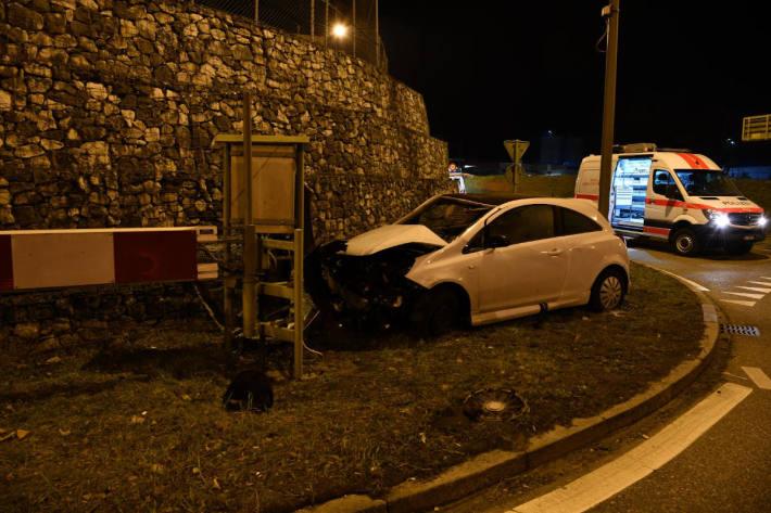 Personenwagen überfährt Kreiselbebauung und kollidiert mit Begrenzungsmauer in Sissach