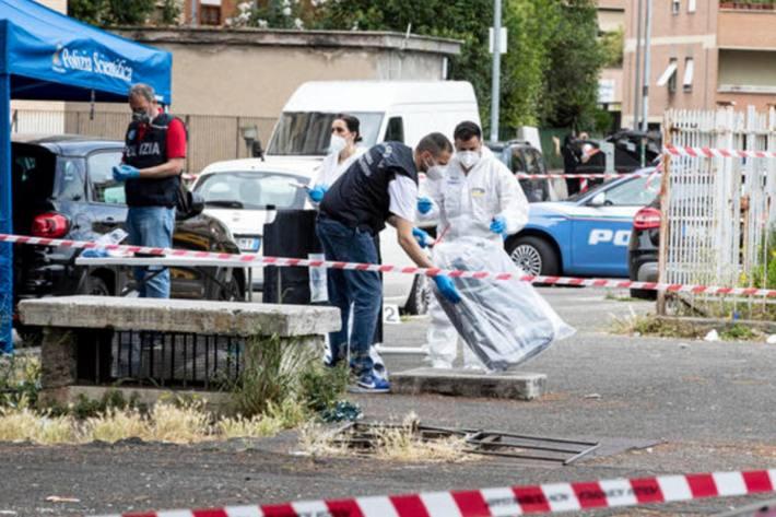 In Rom (It) wurde eine Leiche in einem Kaoffer auf offener Strasse gefunden.