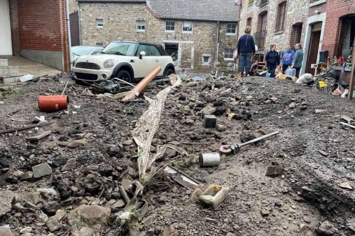 Teils eingestürzte oder schwer beschädigte Häuser, in den Fluten versunkene Autos, eine zerstörte Infrastruktur und viel menschliches Leid