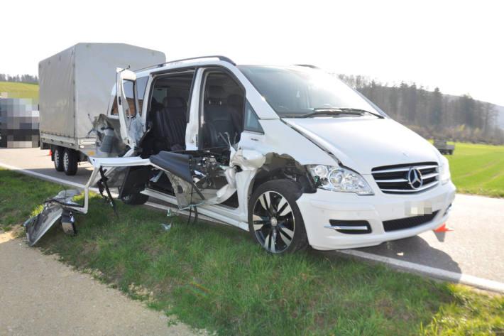 Schwer beschädigtes Fahrzeug in Däniken