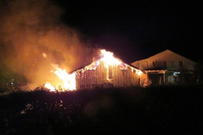 In Näfels GL brannte letzte Nacht eine Scheune komplett ab.