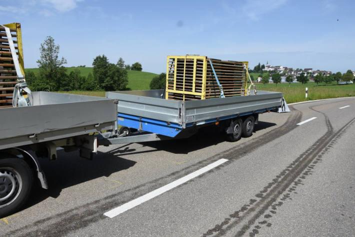 Am Unfall beteiligter Transport mit Anhänger