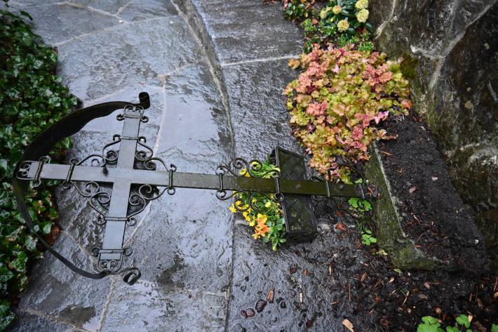 Schäden an einem Grab in Vaduz