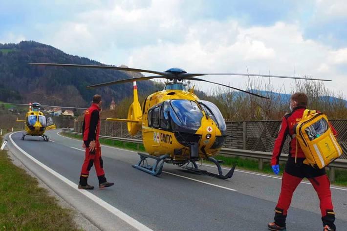 Zwei Rettungshubschrauber (C16, C17) transportierten die Verletzten in die Krankenhäuser