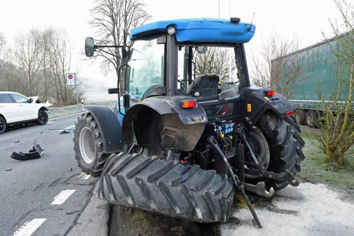 Kollision zwischen Auto und Traktor in Beromünster