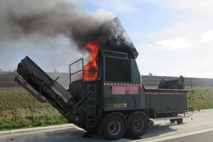 Am Spezialanhänger, einem sogenannten Biomasseaufbereiter entstand Sachschaden in Höhe von etwa 100.000 Euro