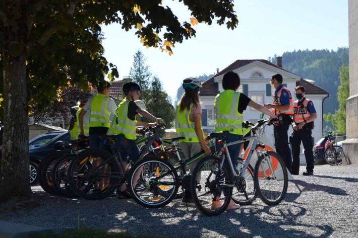 Etwas mehr als 100 Schülerinnen und Schüler der sechsten Klasse sind zur Radfahrerprüfung in Heiden angetreten