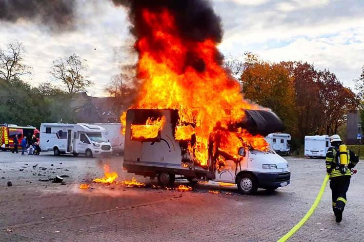 Der Eigentümer des Wohnmobil wurde von Passanten geweckt und vermutlich bei den ersten Löschversuchen zog er sich starke Verbrennungen und eine Rauchgasintoxikation zu