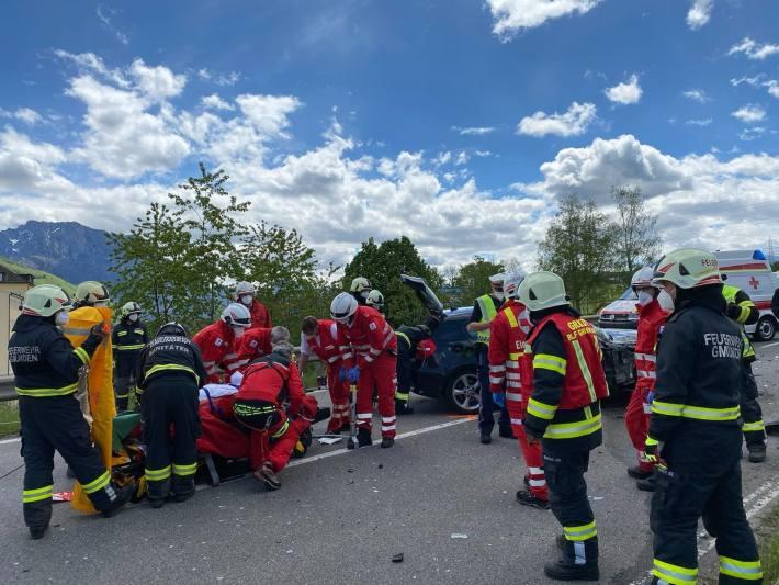 Nachdem der Bus stabilisert worden war konnte die Patientin gemeinsam mit den Rettungskräften über den Kofferraum befreit und der weiteren medizinschen Behandlung zugeführt werden