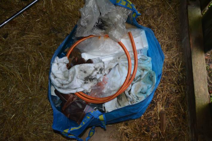 Die Scheune wurde mit Abfallmaterial gefüllt.