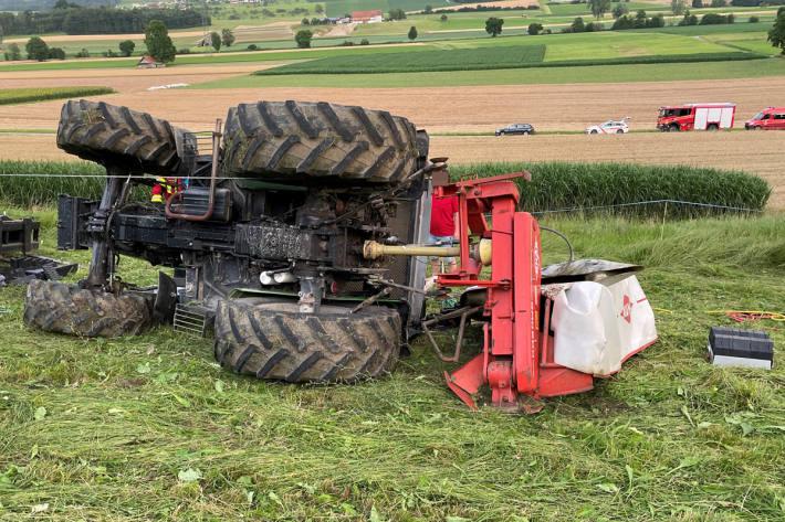 Mann mit Traktor in Weingarten-Kalthäusern umgekippt