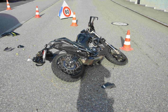 Verkehrsunfall zwischen Auto und Motorrad in Amden