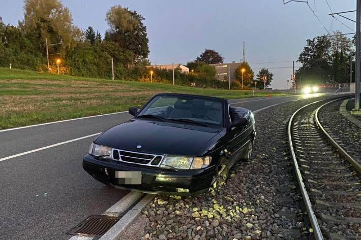 In Zufikon AG hat gestern ein 18-Jähriger die Kontrolle über das Auto verloren.