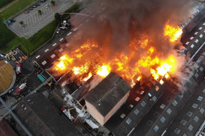 Heute brach in einem Industriareal in Laufen BL ein Grossbrand auf.