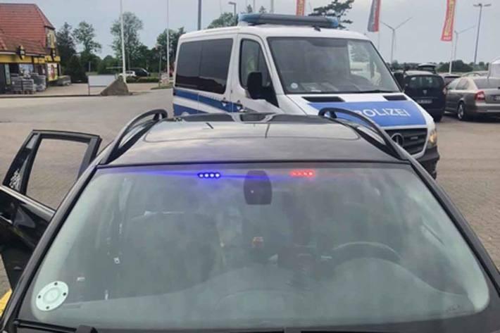 Die Bundespolizisten konnte in Süderlügum ermitteln, dass im Fahrzeuginnenraum blinkende Blaulichter angebracht waren