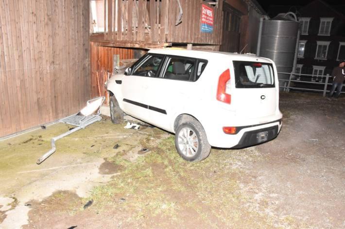 In Waldkirch SG ist gestern ein Autolenker in eine Scheune gefahren, Alkohol war im Spiel.