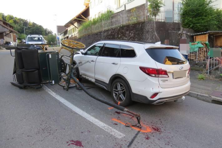 Gestern verunfallte in Böttstein eine kutsche mit einem Auto.