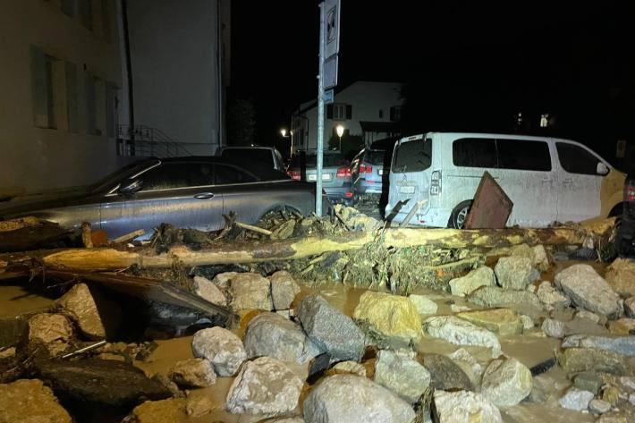 Ein heftiges Unwetter hat in Cressier NE und Frochaux NE für grosse Probleme und Schäden gesorgt.