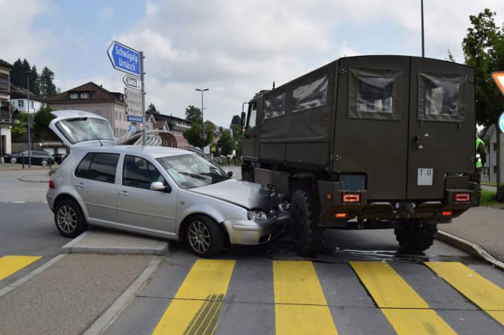Ausgewichen und in Armee-Fahrzeug gekracht in Waldstatt AR