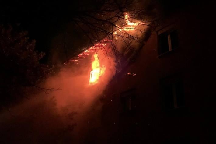 In Buchs ZH brannte es heute Nacht in einem Mehrfamilienhaus.