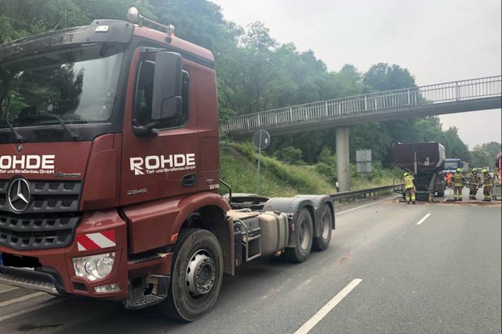 Baustellenfahrzeug beschädigt Brücke