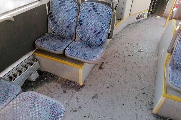 Beim Bus splitterten im Zuge des Aufpralls die Glasscheiben der Seitentüren und deckten einen großen Teil des Passagierraums mit Scherben ein