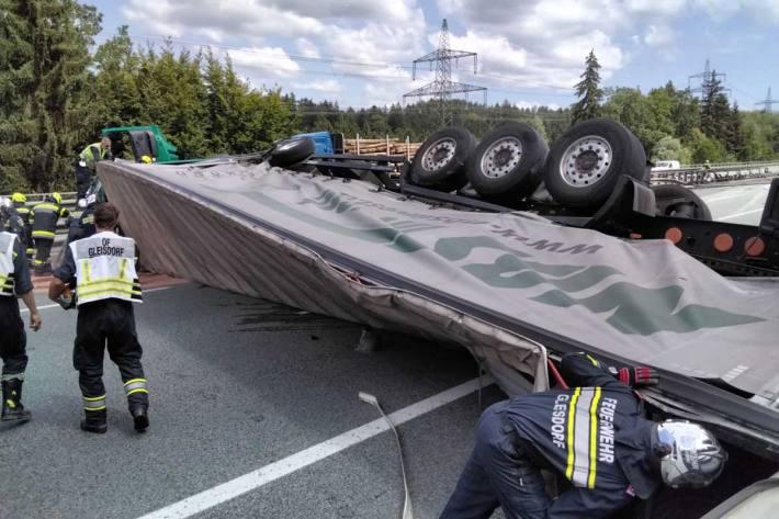 Ein LKW-Fahrer hat die Kontrolle über sein Fahrzeug verloren und hat die Mittelleitschiene durchbrochen und ist quer über die Gegenfahrbahn zum liegen gekommen