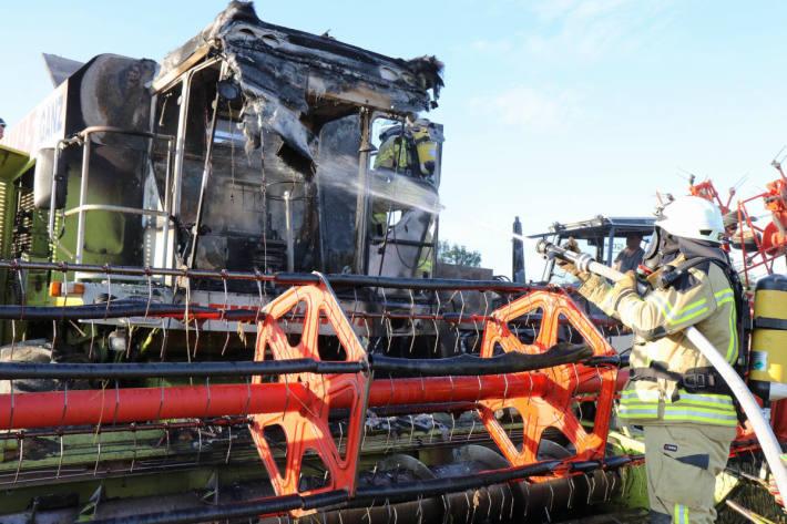 Brennender Mähdrescher hält Feuerwehr auf Trab