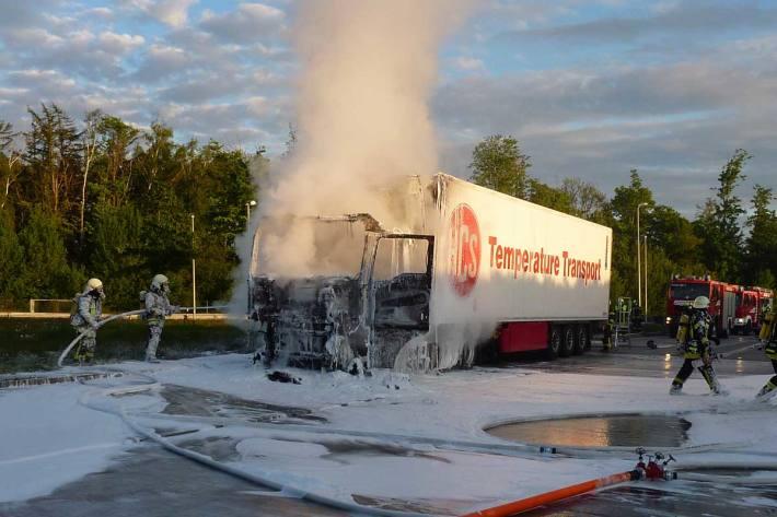 Am Fahrzeug entstand Sachschaden in Höhe von etwa EUR 90.000
