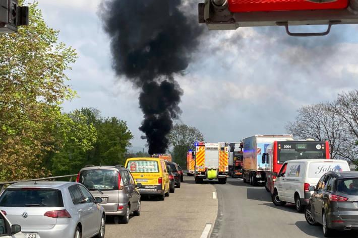 Brand eines Motorbootes auf der Autobahn A565 bei Bonn
