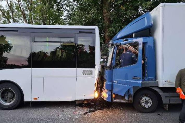 Auf Schulbus aufgefahren – 11 Verletzte