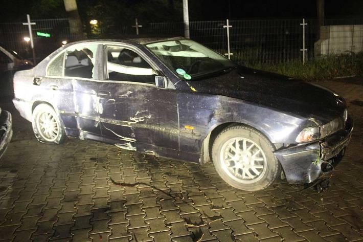 Der entstandene Sachschaden an Fahrzeug, Hecke und Zaun wird in Haan auf rund 21.000 Euro geschätzt