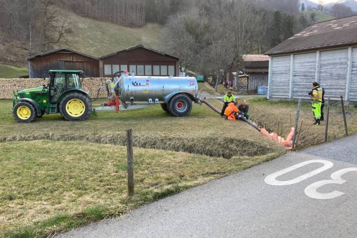 In Oberurnen GL ist gestern Gülle in den Müslibach gelangt.