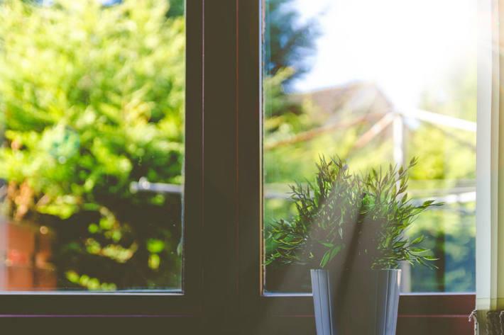 Als die Polizisten eintrafen, saß der 2-Jährige bei geöffnetem Fenster am inneren Fensterbrett, beugte sich immer wieder leicht hinaus im Bezirk Vöcklabruck (Symbolild)