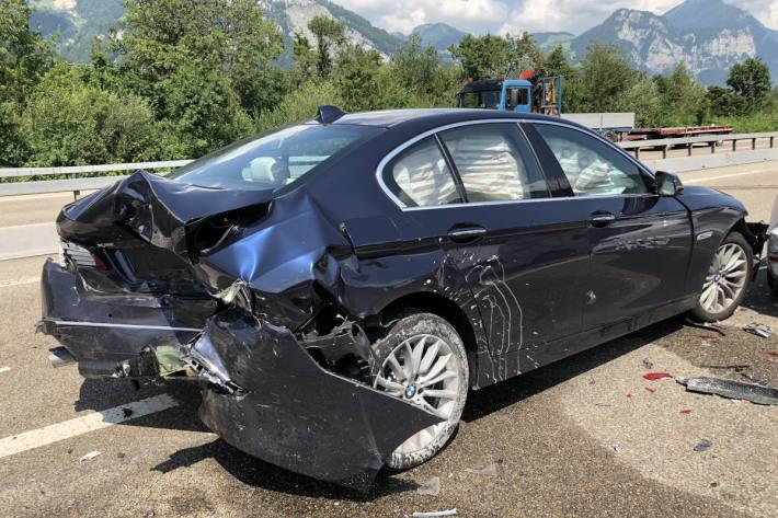 Am Unfall beteiligter BMW auf der A3 bei Mollis