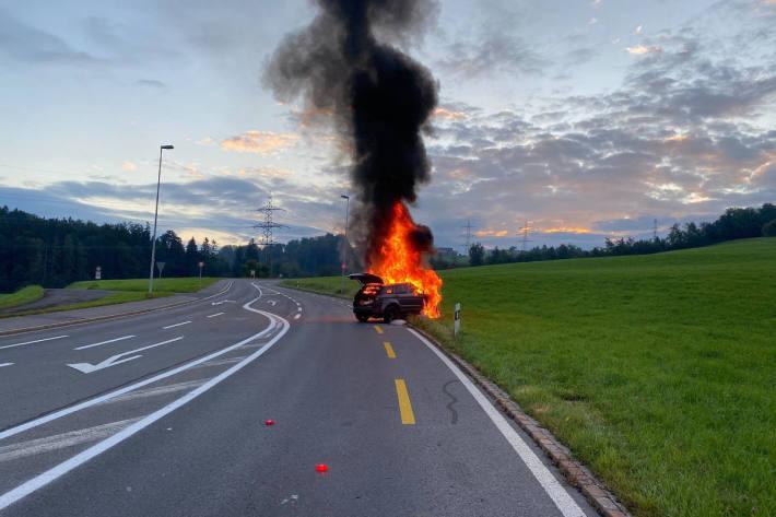 Ausgebranntes Fahrzeug nach Selbstunfall bei Baar ZG