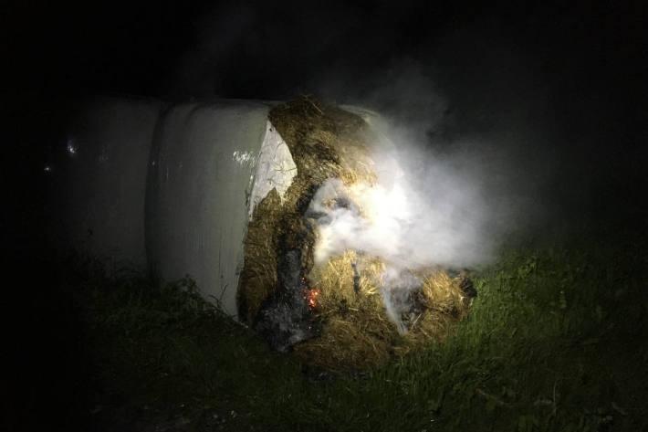 brennender Siloballen in Schwanden