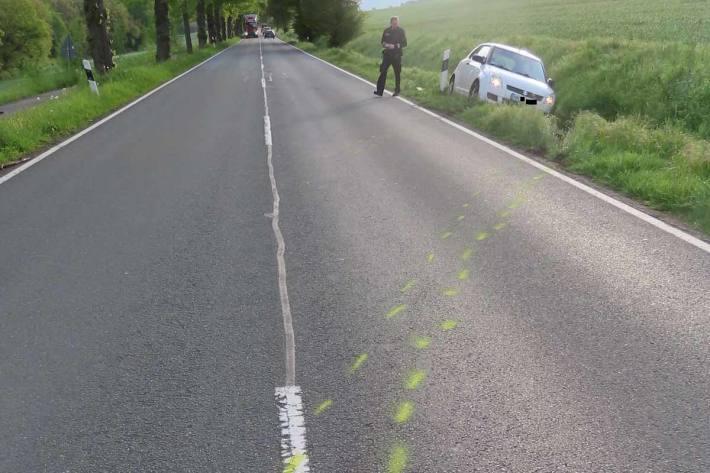 Beim abrupten Gegenlenken geriet in Bad Pyrmont das Fahrzeug ins Schleudern und kam erst im angrenzenden Straßengraben zum Stehen